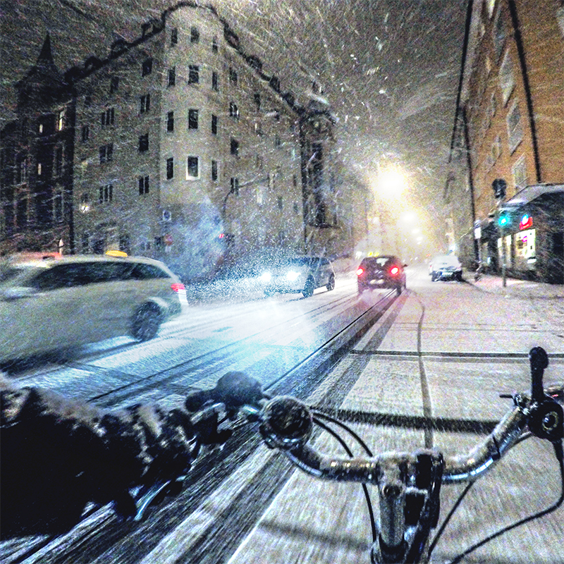 trafic during snowfall in Munich | photo by Filip Pobocik